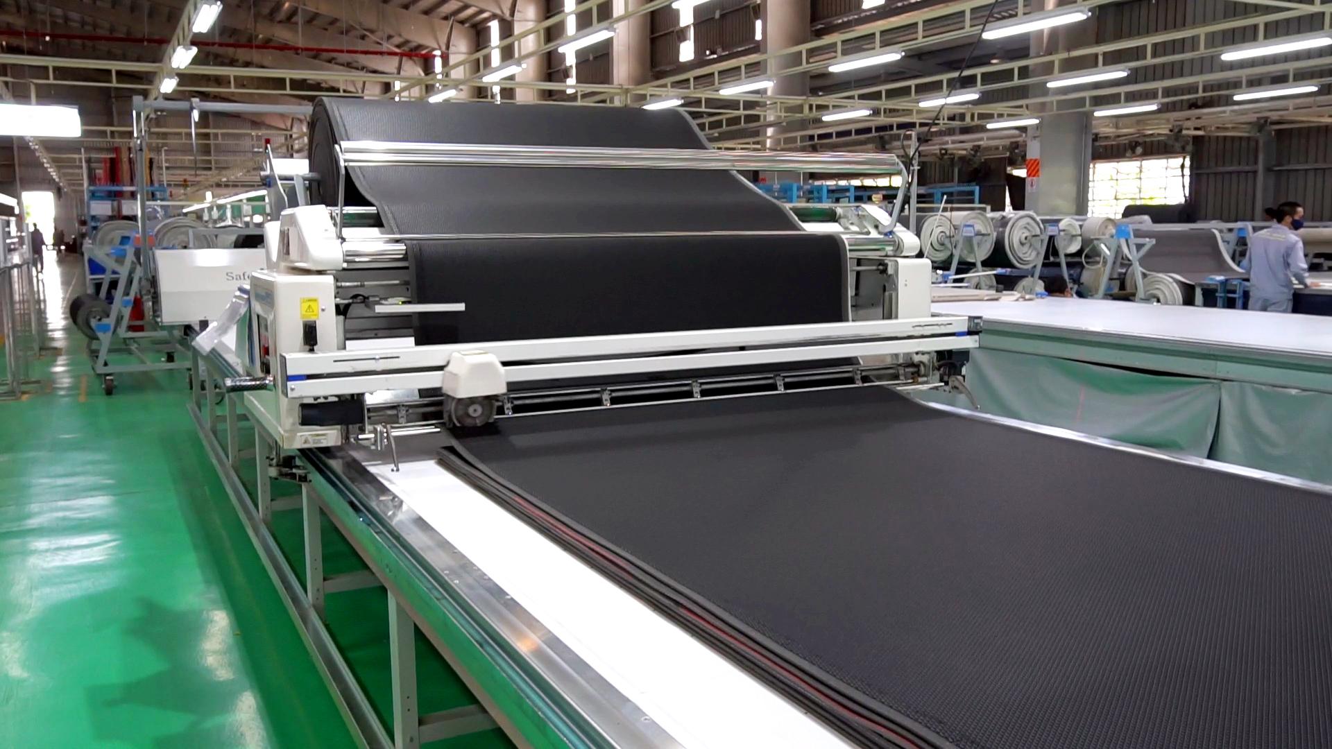 Automatic fabric spreading machine